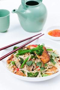 Noedelsalade met vis en bimi FoodBlaBla | styling en koken door Jacqueline Sluijter | fotografie door Sander Damen © Foodblabla