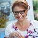 Jacqueline Sluijter met een Vega Kroket van rode linzen