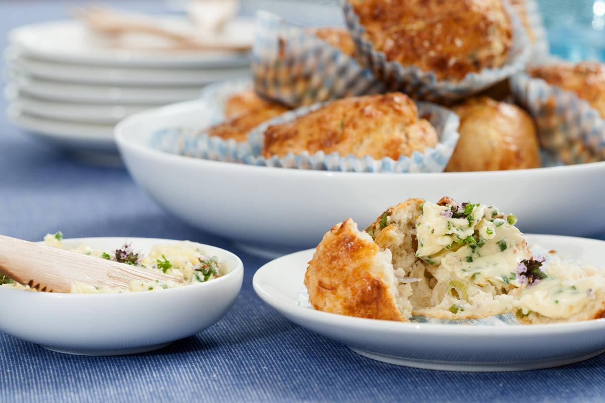 Hartige zomer muffins met bieslookroomboter door FoodBlaBla | styling en koken door Jacqueline Sluijter | fotografie door Sander Damen