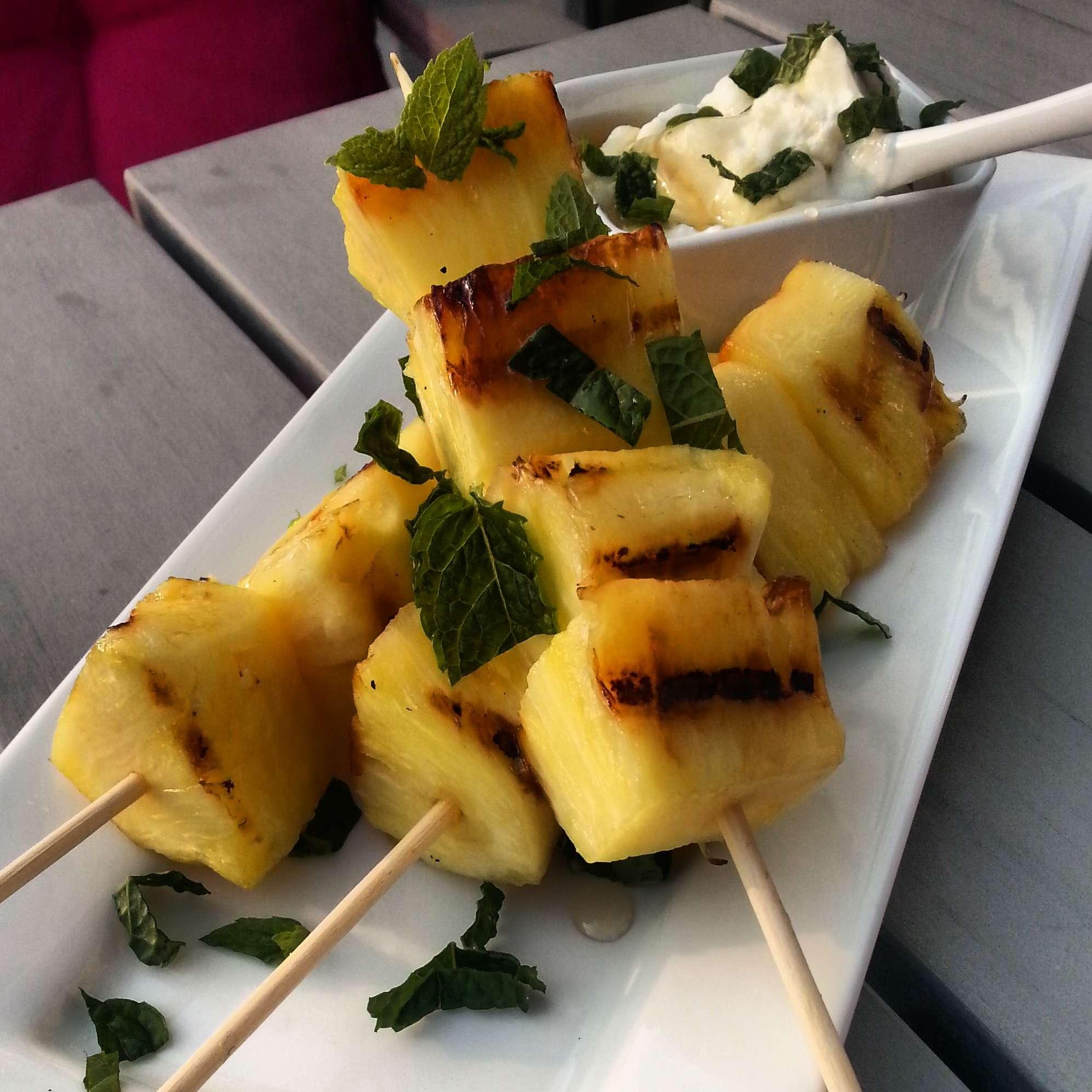 Gegrilde ananas spiesjes met honig/yoghurt-dip en verse munt