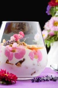 Hangop met cantuccini, honing en eetbare bloemen