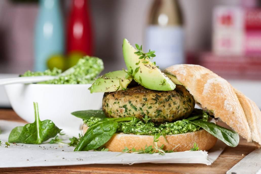 visburger van zalm met spinazie pesto
