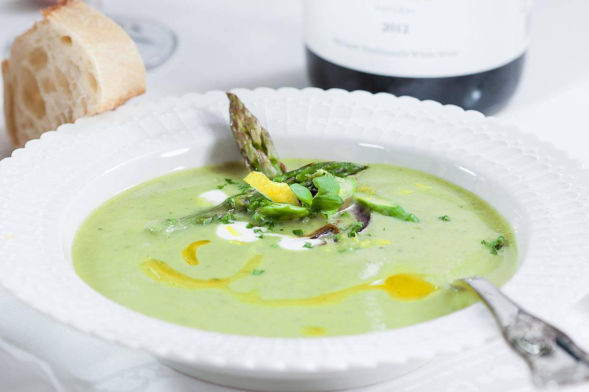Groene aspergesoep met citroen en yoghurt