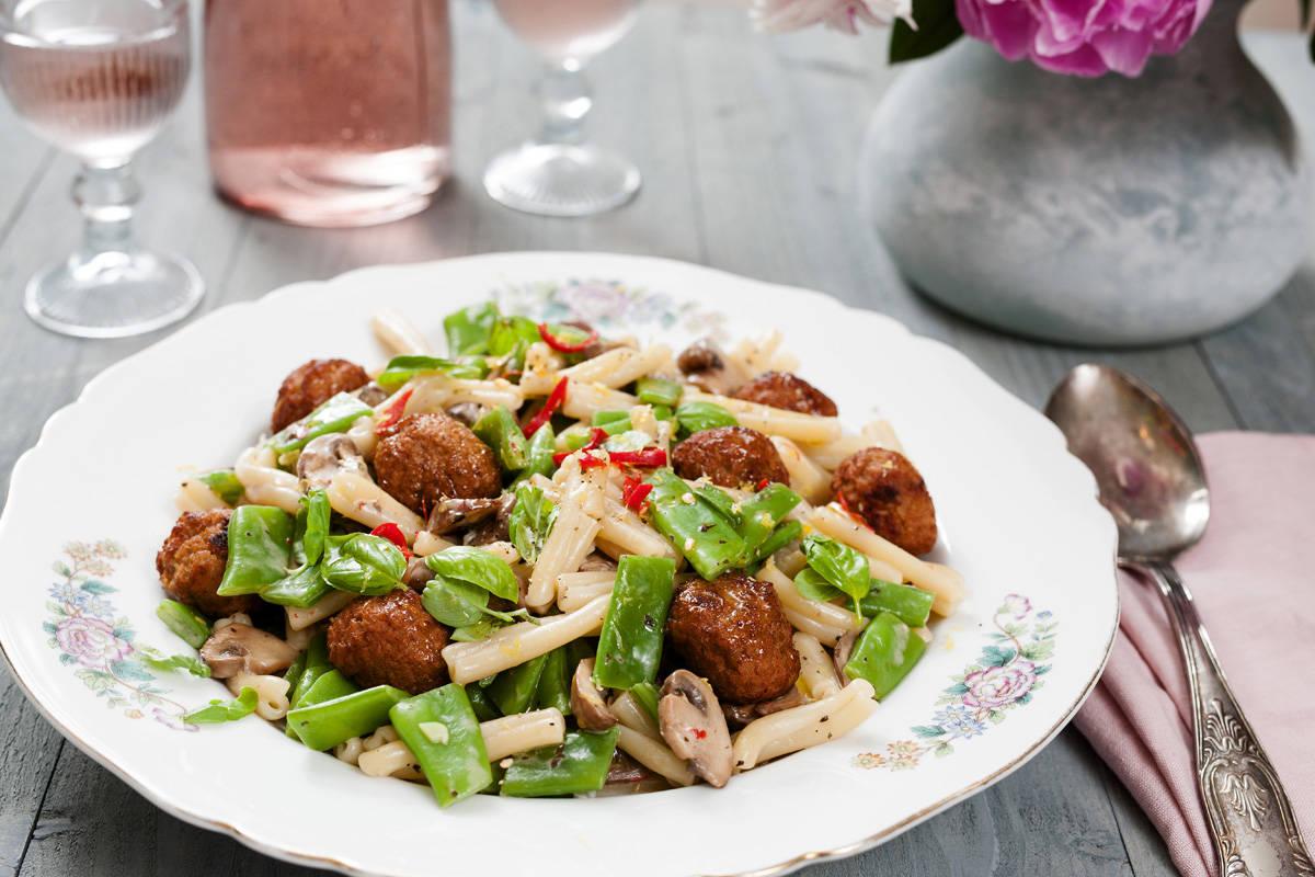 snijbonen salade met pasta en vega ballen