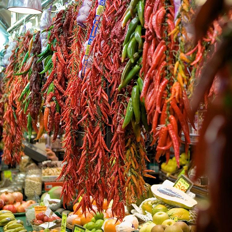 chilipepers op de markt