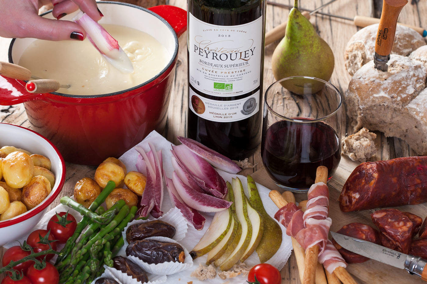 Kaasfondue met een glas Bordeaux