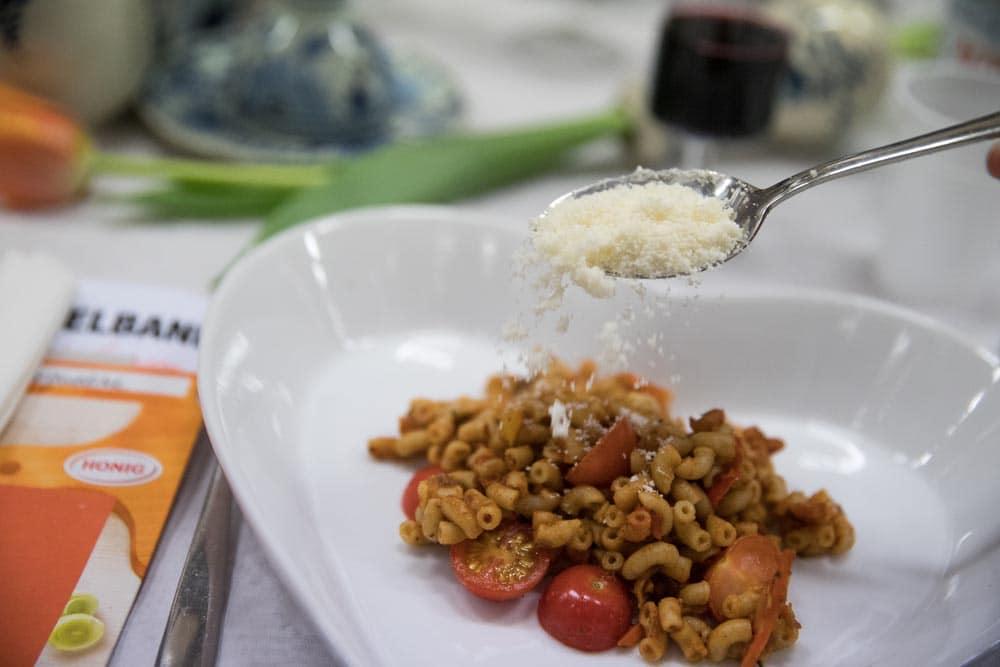 Honig macaroni met Aubergine, Parmezaanse kaas en augurk