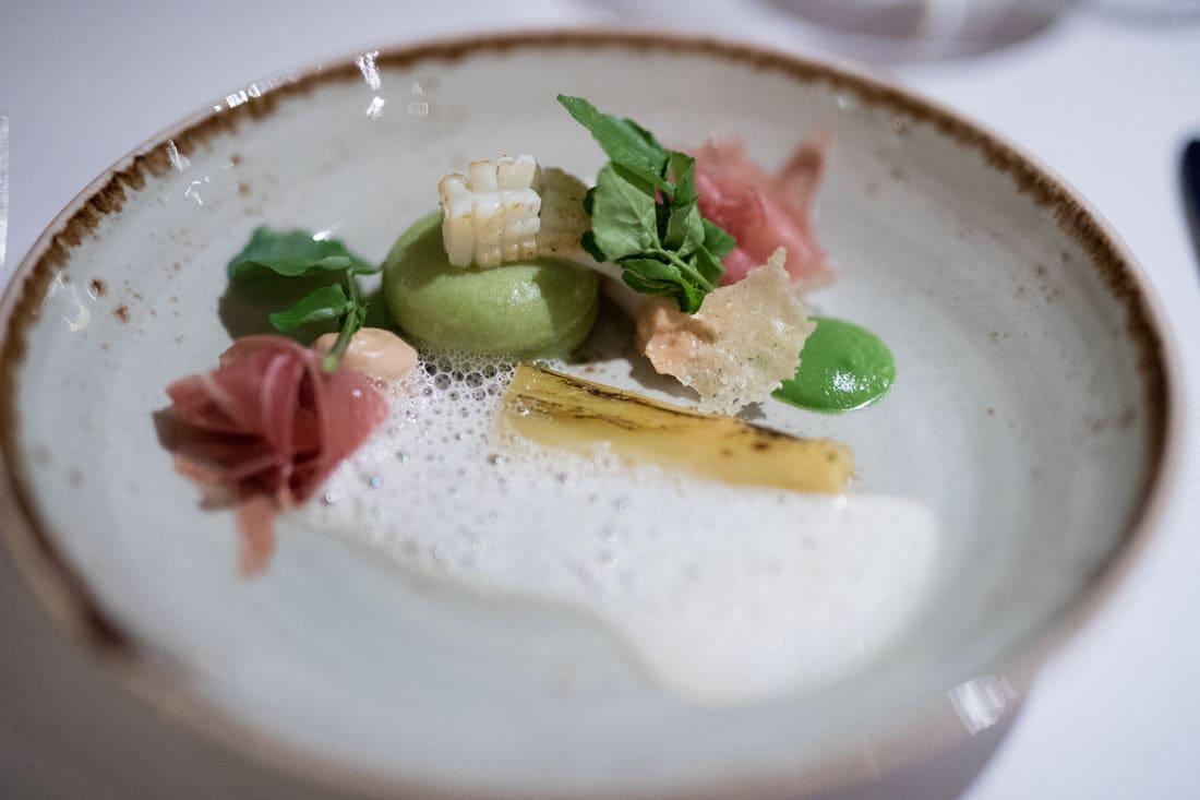 Gnocchi van daslook en Pecorino met geroosterde pijlstaartinktvis, turfgerookte ham, amandel en schuimige saus van Manzanilla  De Heeren van Harinxsma