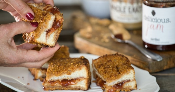 Tosti Pindakaas & Jam met een crunchy laagje van frosties.