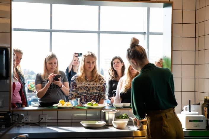 Estée Strooker geeft een workshop over koken met de nieuwe groente van Albert Heijn