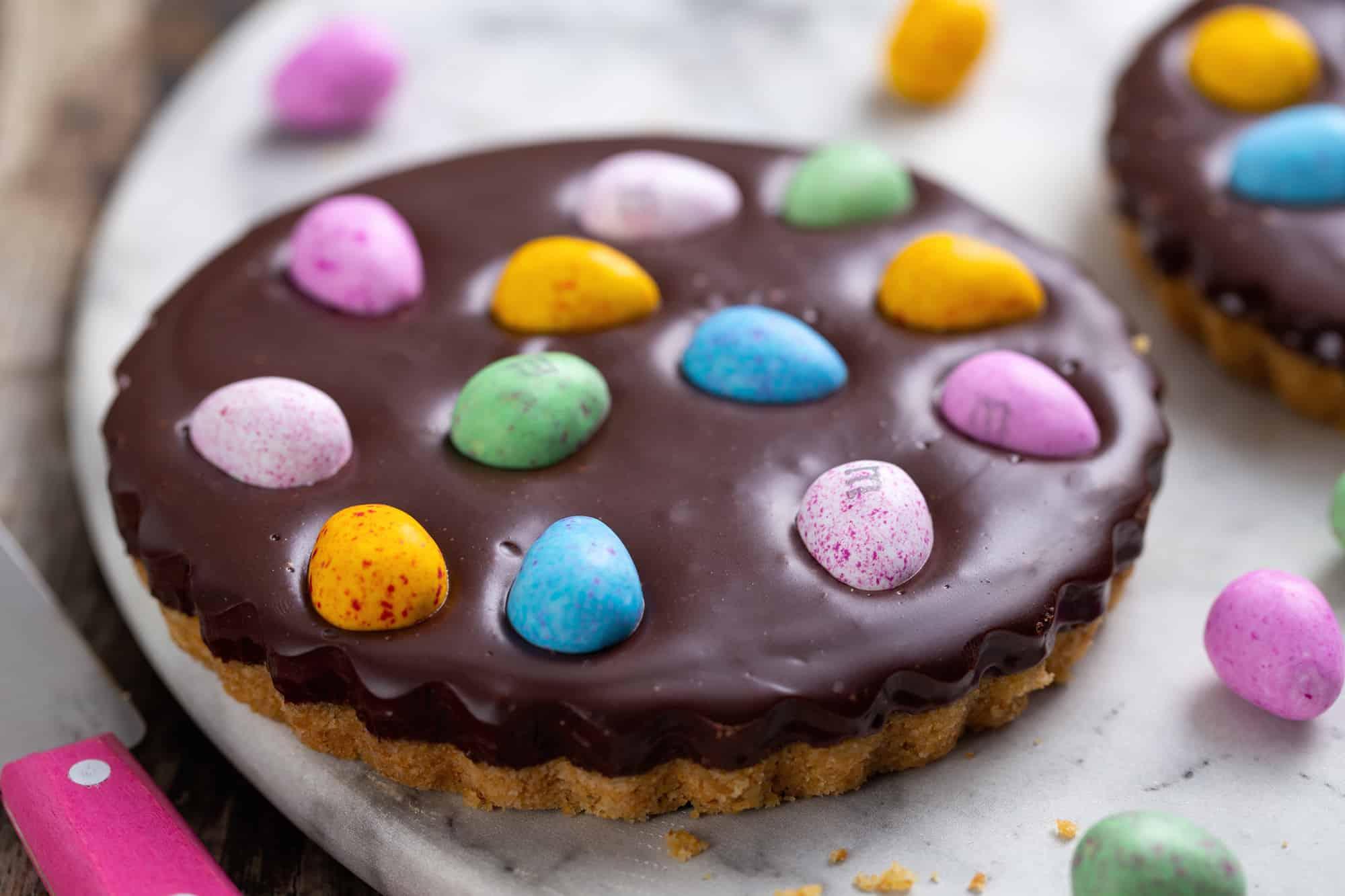 Chocolade ganache paastaartjes met M&M's eggs