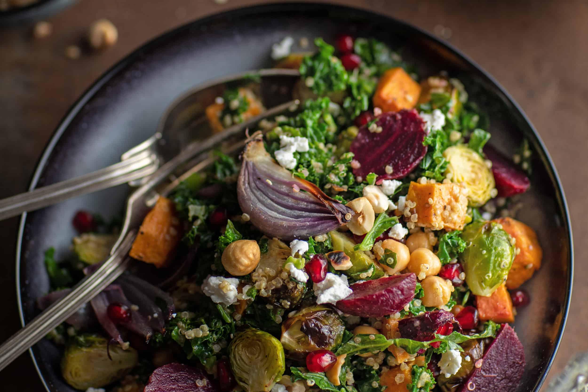 Feestelijke winter-salade met boerenkool, spruitjes & zoete aardappel.