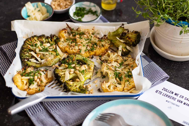 Geroosterde Bloemkool/ Broccoli steaks met Parmezaanse kaas en pijnboompitten.