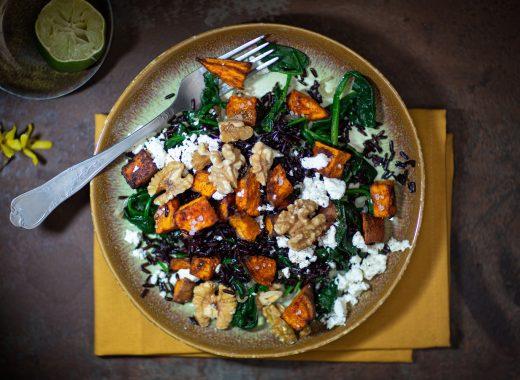 Maaltijdsalade zoete aardappel, spinazie, wilde rijst & feta en noten.