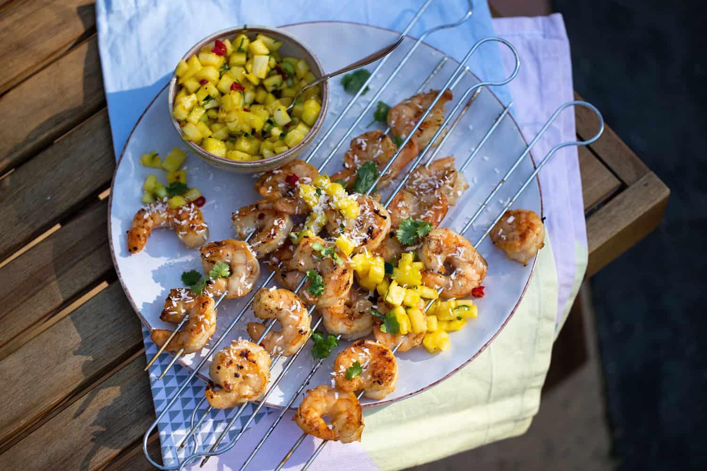 Garnaalspiesen met kokosmarinade en ananas salsa