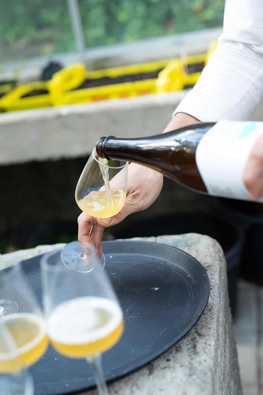 Michiel Stallen van restaurant 't Amusement schenkt het frisse bittere biertje in