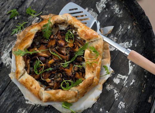 Rustieke Franse taart (galette) paddenstoelen spekjes en ui