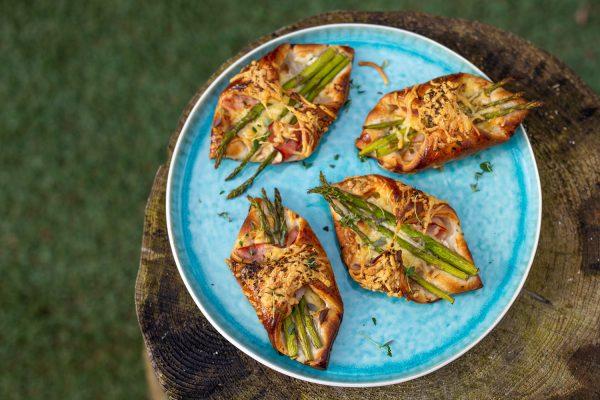 Bladerdeeg pakketjes met asperge ham en kaas.